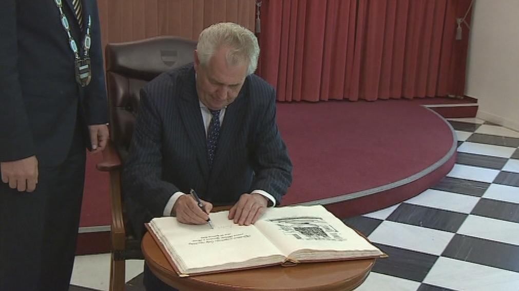 Miloš Zeman se podepsal do Pamětní knihy města Brna