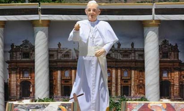Svérázná socha papeže Františka