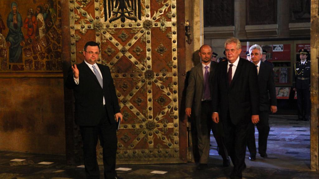 Jindřich Forejt a Miloš Zeman při ukládání korunovačních klenotů