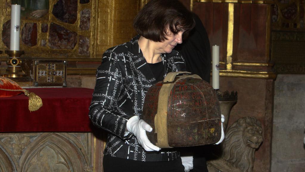 Pracovníci Pražského hradu ukládají korunovační klenoty