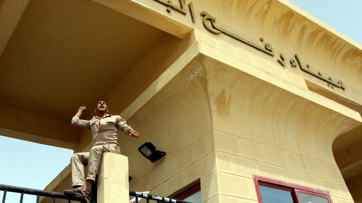 Egyptský pohraničník protestuje proti únosu svých kolegů