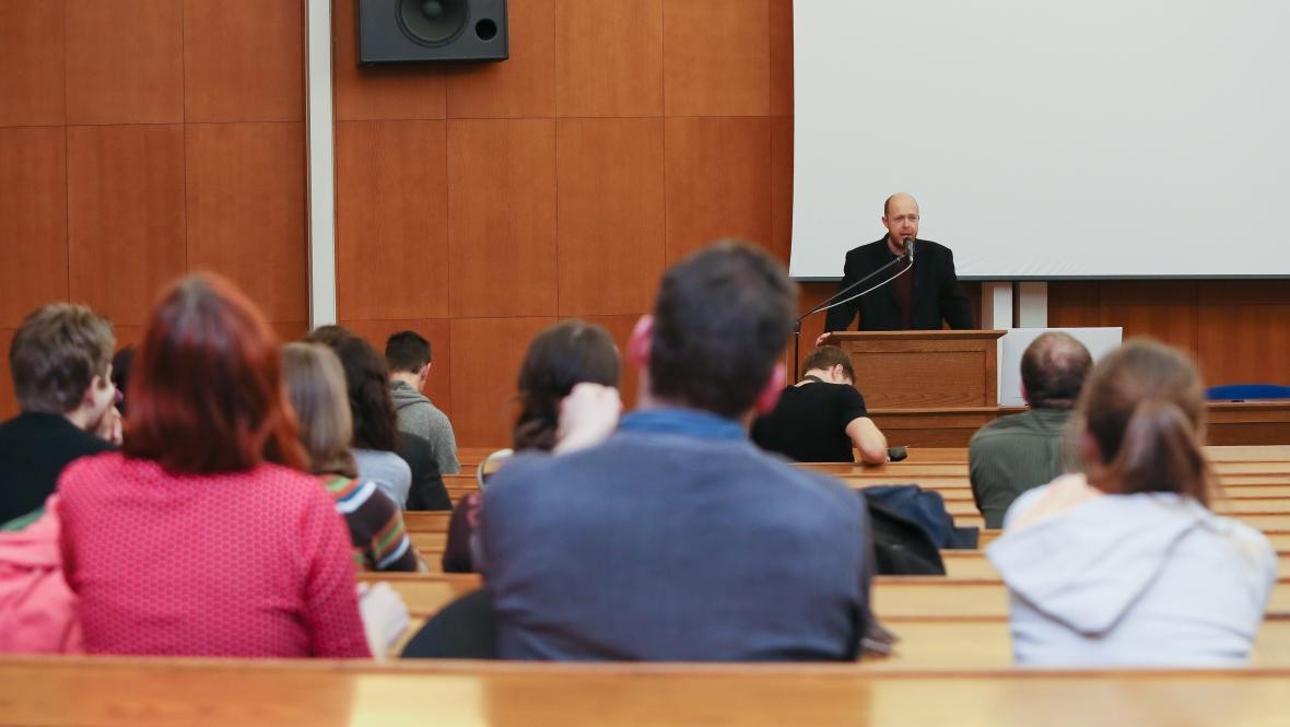 Martin C. Putna během přednášky na UK