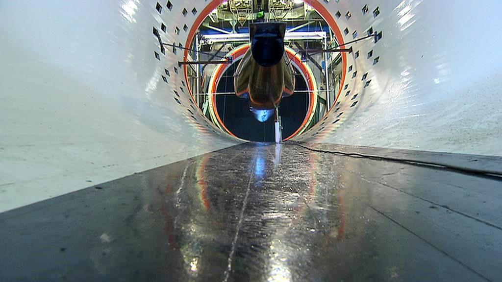 Ultralehká stíhačka v tunelu