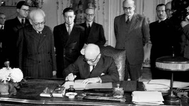Prezident Beneš podepisuje dekrety