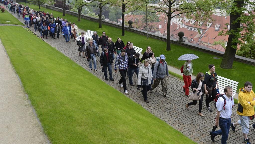 Lidé stojí frontu na korunovační klenoty