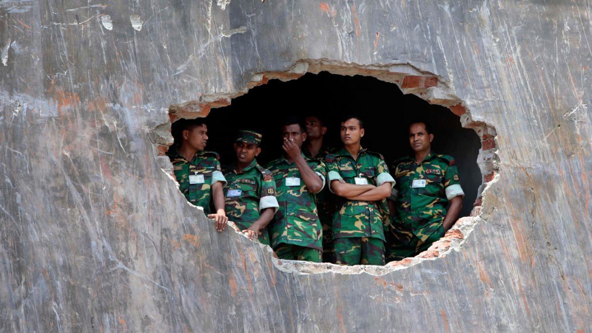 Bangladéšští vojáci v troskách zřícené budovy