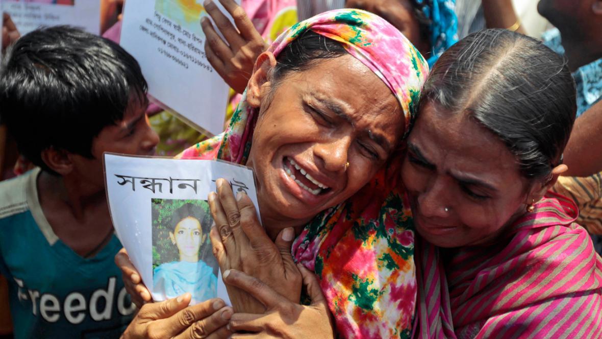 Bangladéšané truchlí za oběti zřícené textilky v Dháce