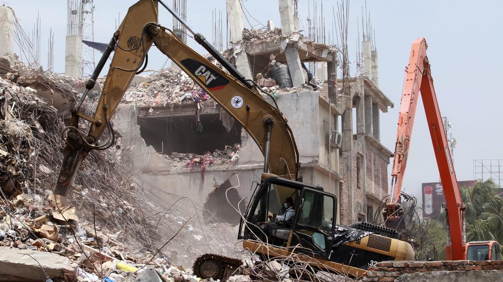 Vyklízení sutin zřícené budovy v Dháce