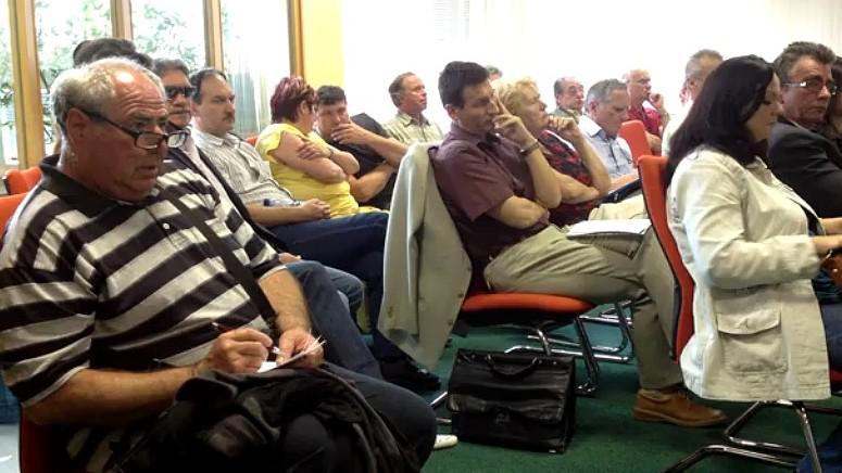 Hlasování o odvolání starosty vzbudilo zájem veřejnosti