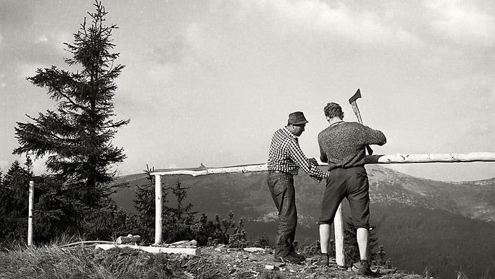 Pracovníci Správy KRNAP budují Šmídovu vyhlídku v 60. letech