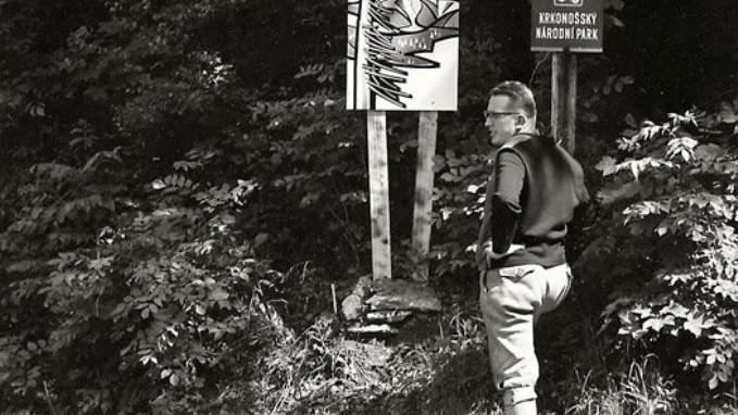 První ředitel Miroslav Klapka si prohlíží infotabule u hranice KRNAPu, 1967