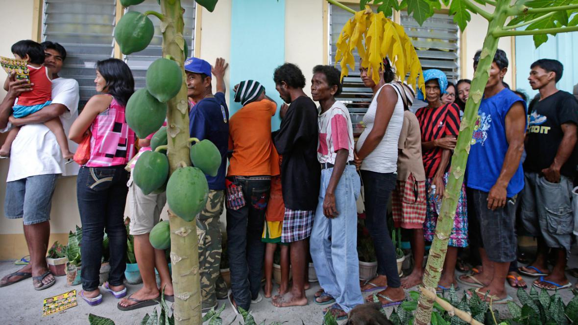 Fronta před volební místností v provincii Zambales