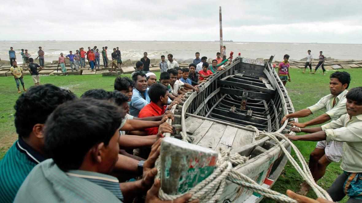 Bangladéšští rybáři se připravují na cyklon Mahasen