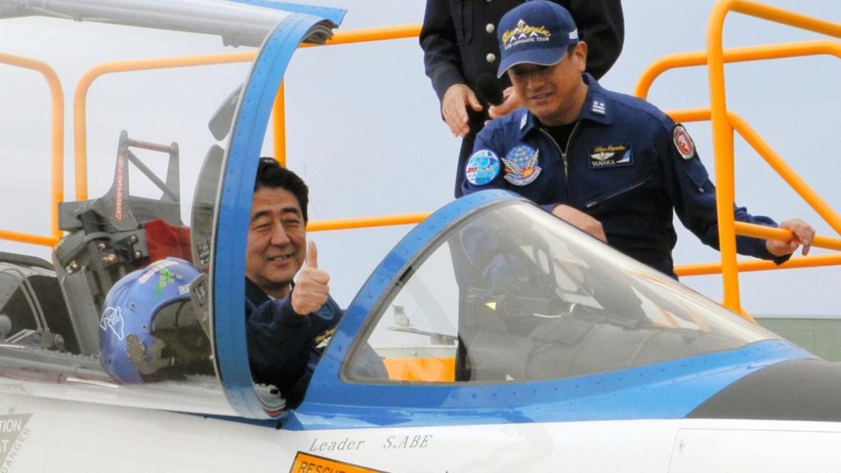 Šinzo Abe v letounu číslo 371