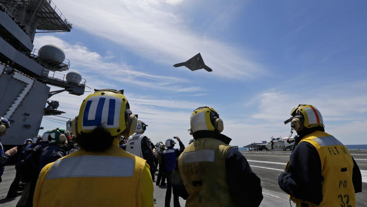 Bezpilotní X-47B startuje z letadlové lodi SS George H.W. Bush