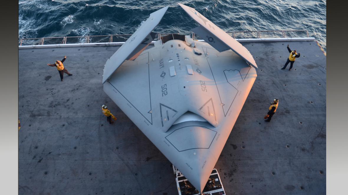 Bezpilotní X-47B na letadlové lodi SS George H.W. Bush