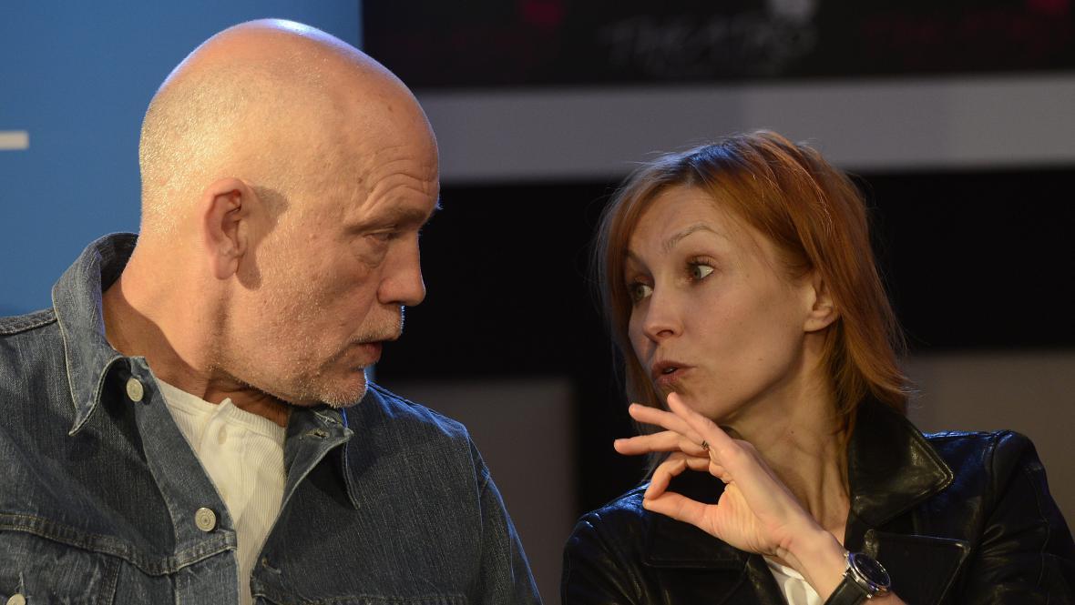 John Malkovich a Ingeborga Dapkunaiteová