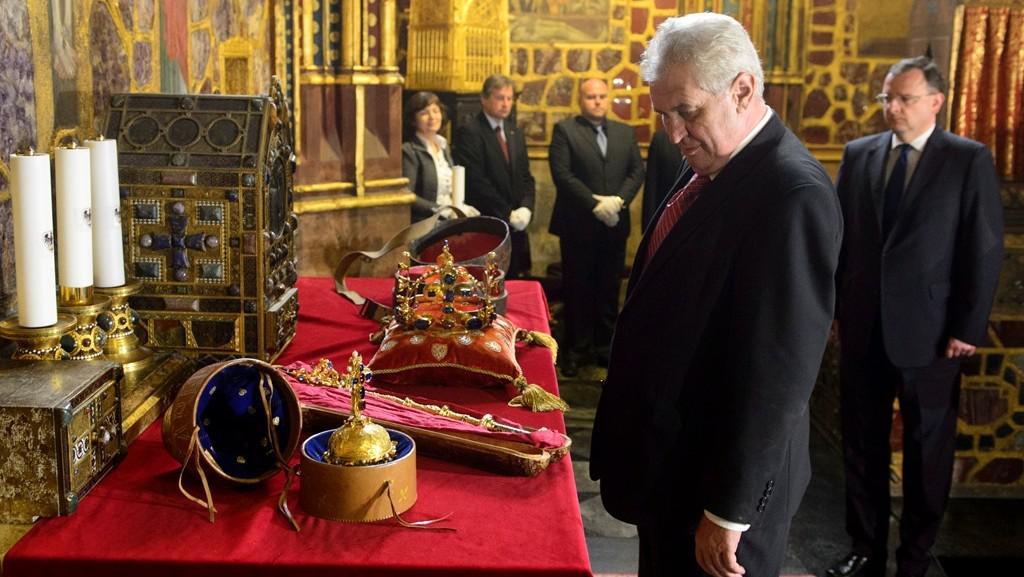 Miloš Zeman před korunovačními klenoty