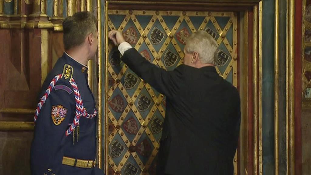 Miloš Zeman odemyká korunní komoru