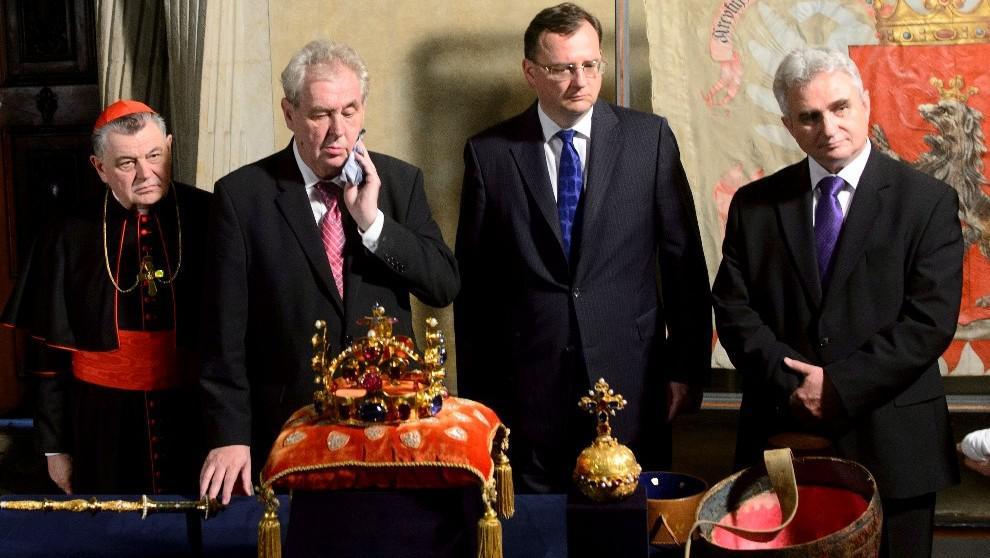 Klíčníci před korunovačními klenoty