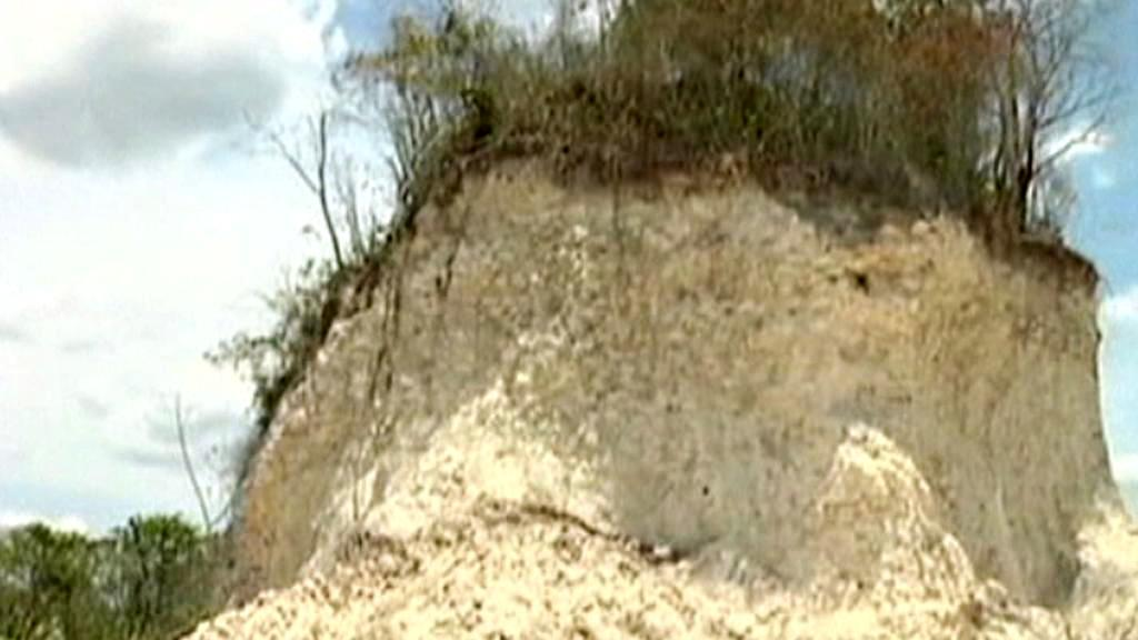 Zničená mayská pyramida Nohmul v Belize