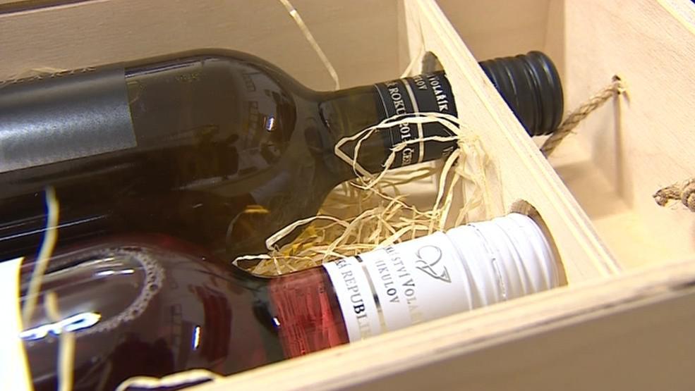 Vinaři stále častěji používají šroubovací uzávěry