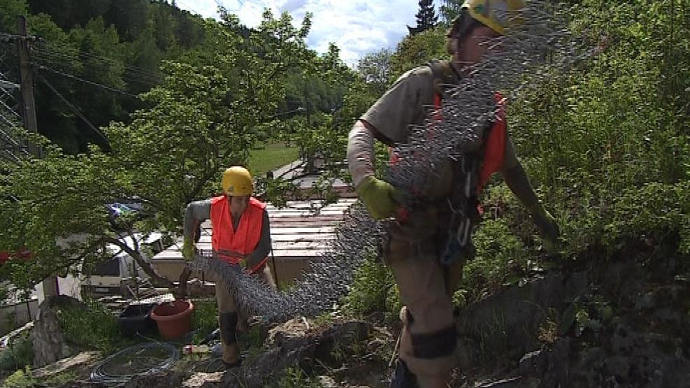 Geotechnici při zpevňování skály pomocí pletiva