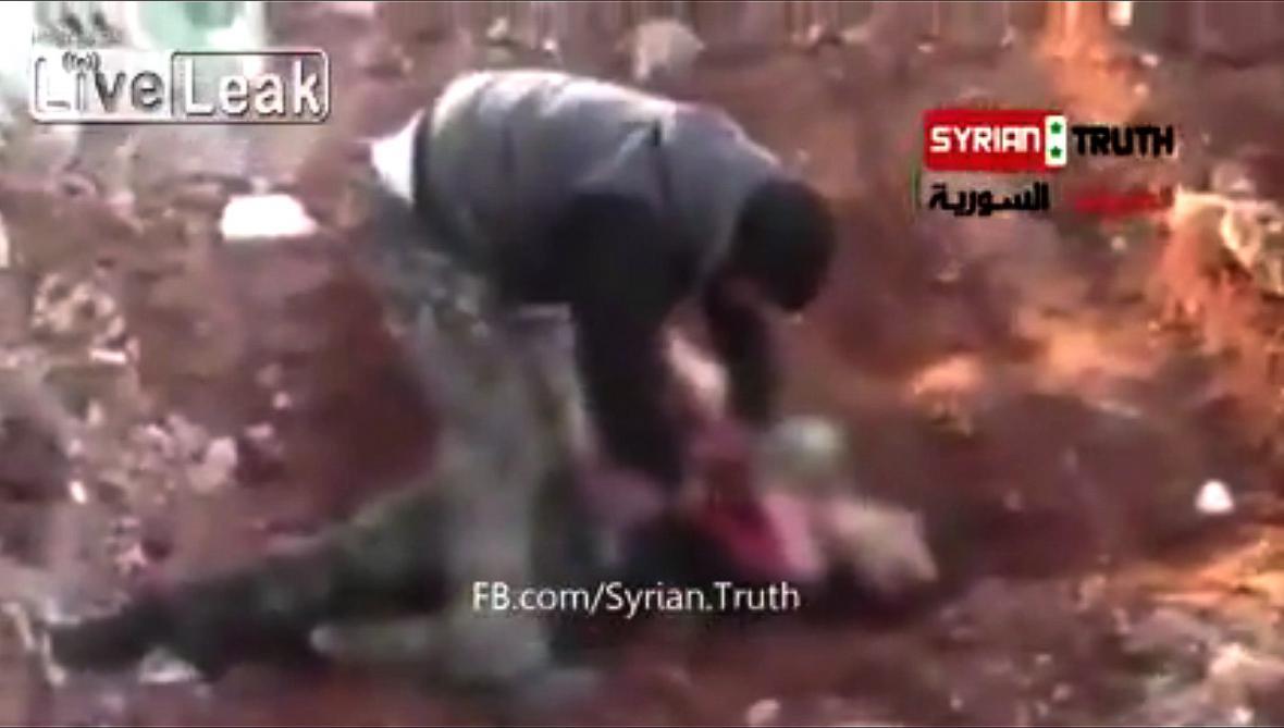Video ze Sýrie, na němž muž pojídá srdce člověka