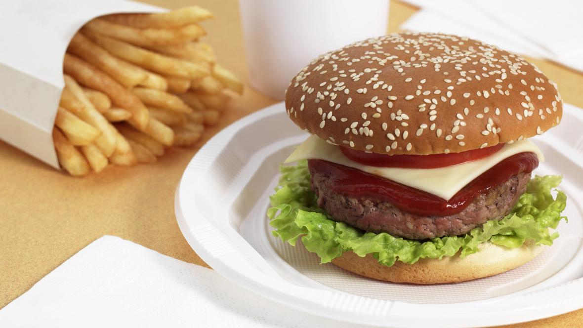 Hamburger a hranolky