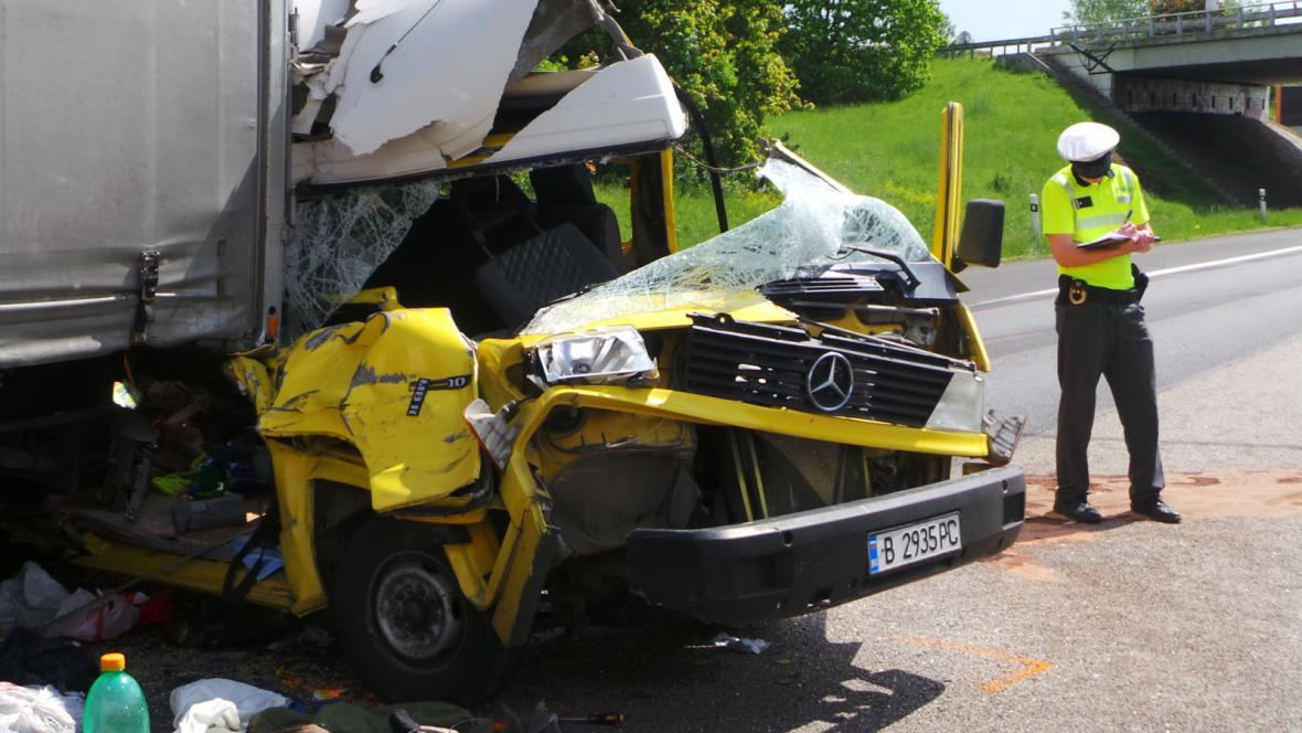 Hasiči z aut vyprošťovali čtyři cestující