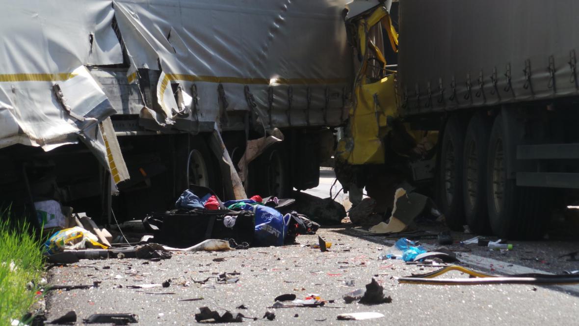 Nehoda dvou kamionů a dodávky na 190. kilometru dálnice D1
