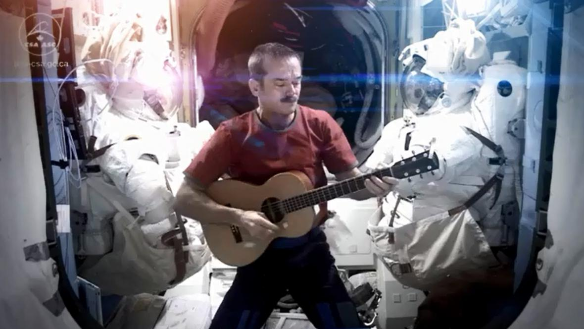 Chris Hadfield zpívá na ISS