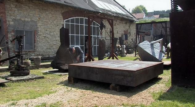 Pohled do venkovního ateliéru Aleše Veselého