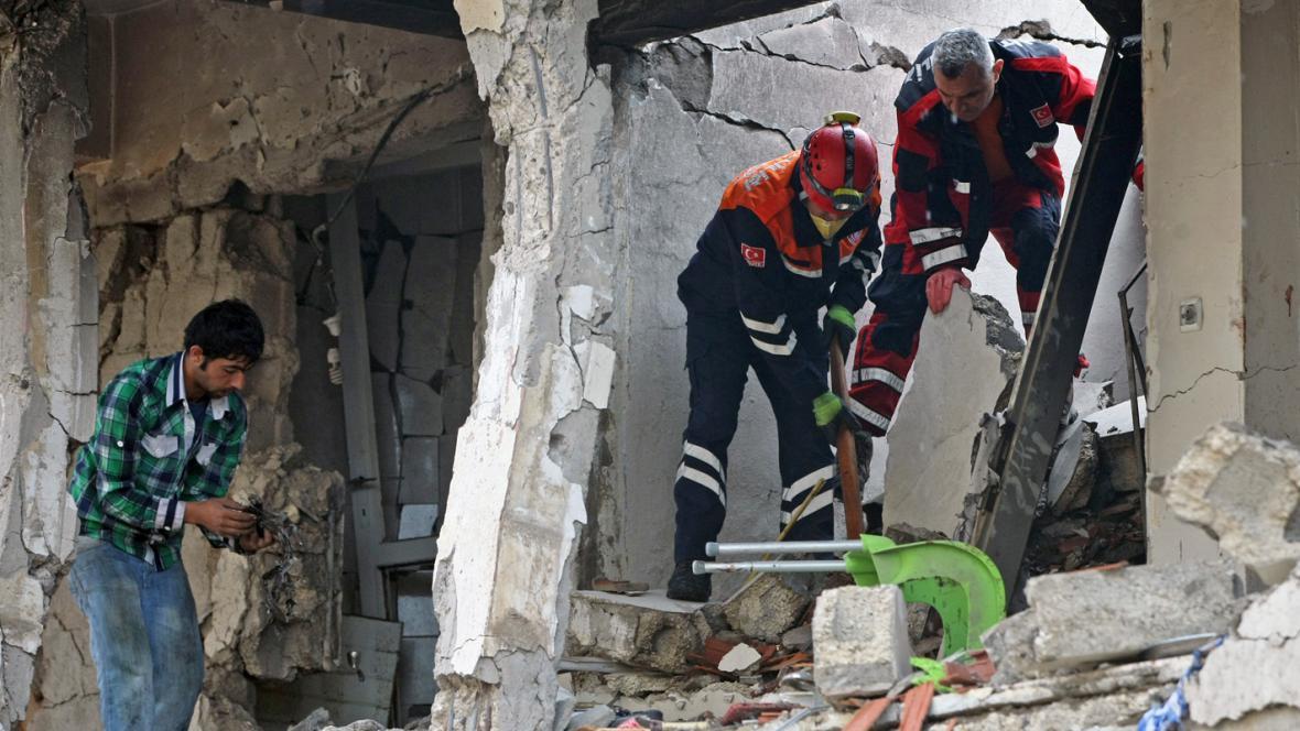 Záchranáři na místě výbuchu v tureckém Reyhanli
