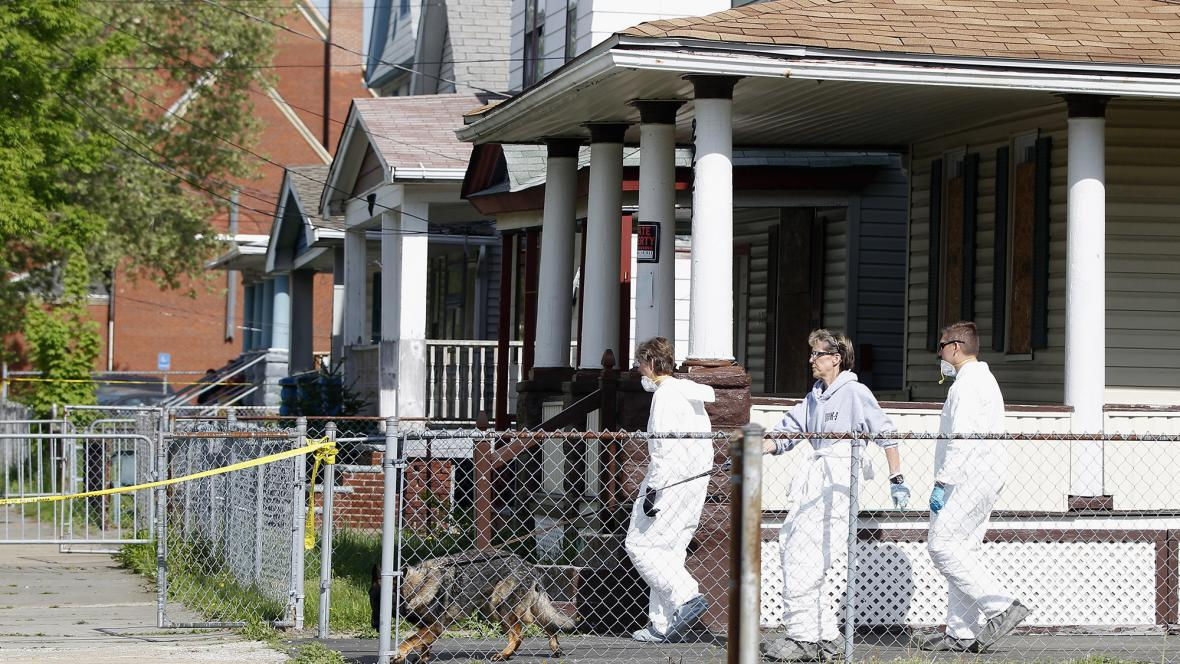 Vyšetřování v okolí domu