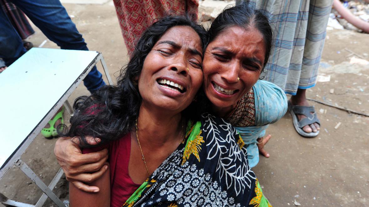 Lidé v Dháce stále čekají, zda záchranáři naleznou jejich příbuzné