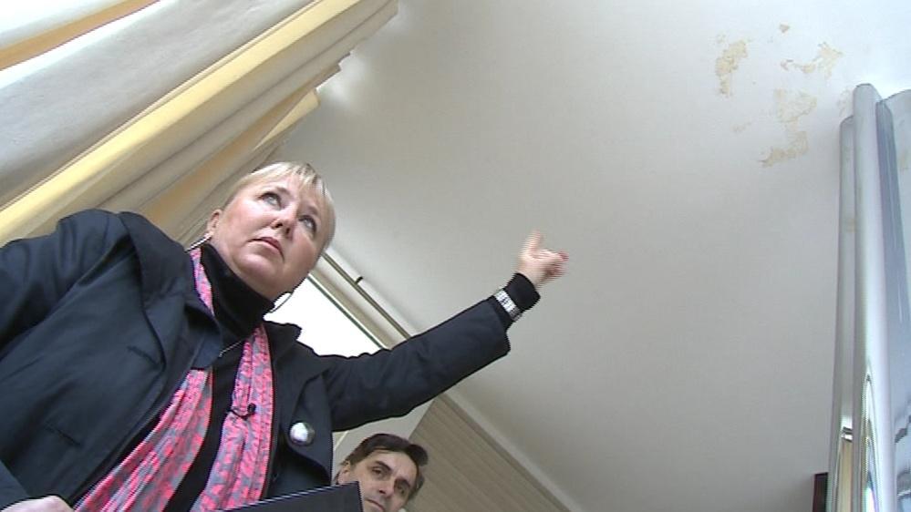 Ředitelka vily Tugendhat Iveta Černá ukazuje na místo ve stropě, kam zatéká z terasy