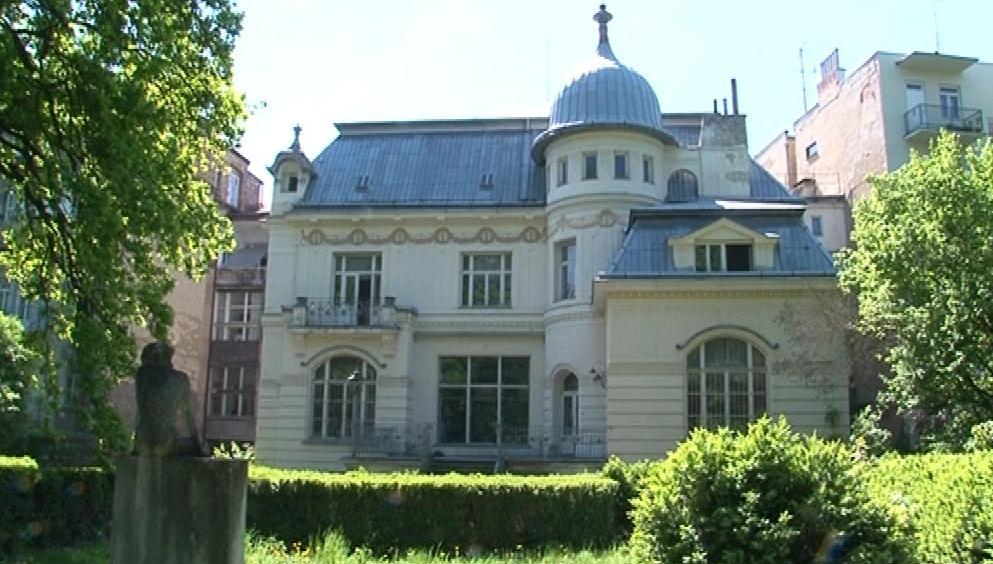 Pohled na vilu Löw-Beerů směrem ze zahrady