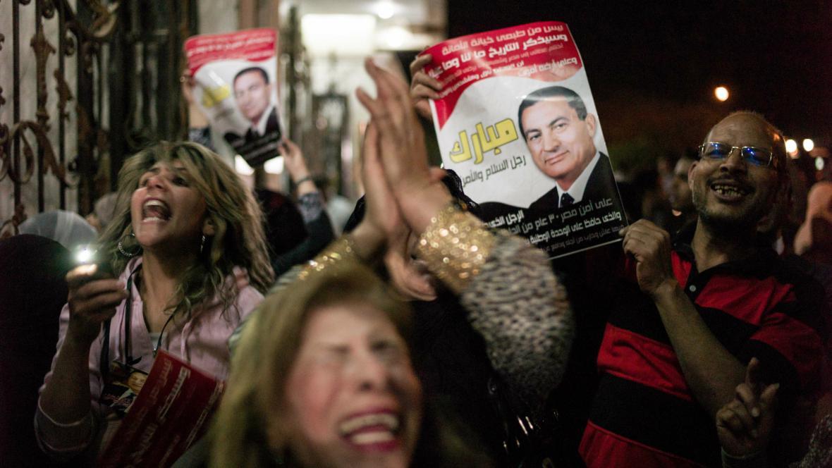 Mubarakovi příznivci protestují proti jeho návratu do věznice