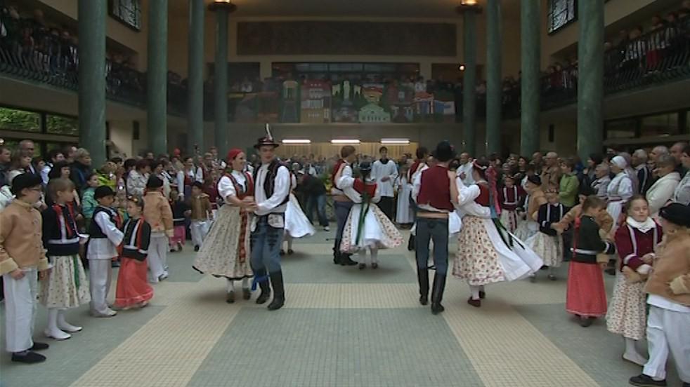 Folklórní soubor při slavnostním zahájení letošní lázeňské sezóny