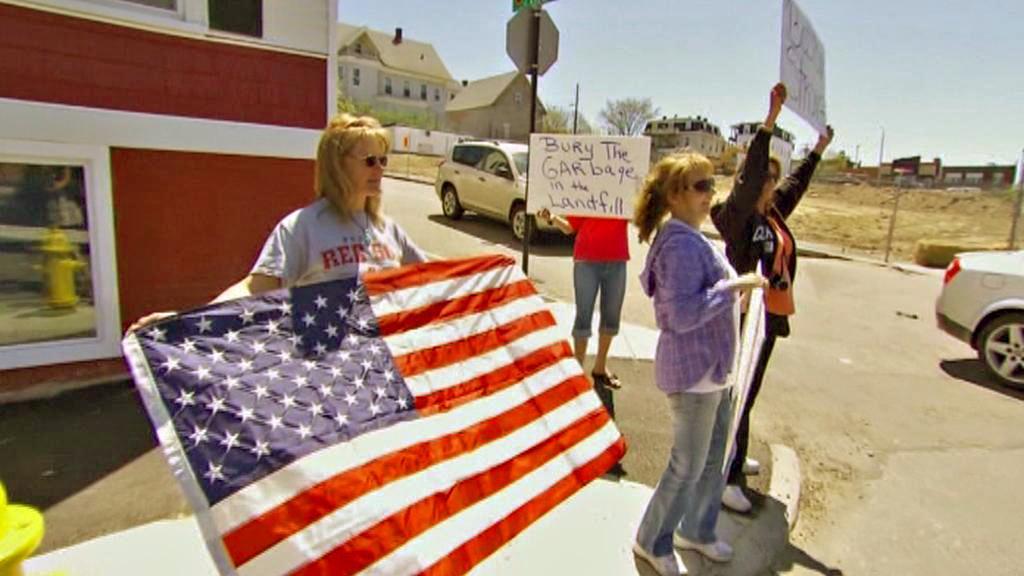 Protest před pohřebním ústavem v Bostonu