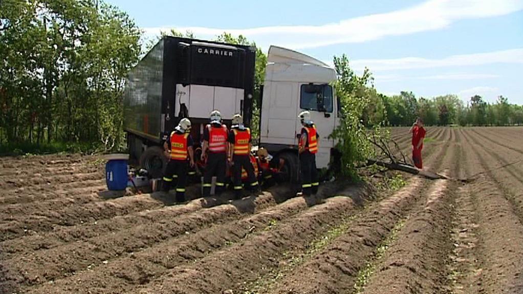 Kamion skončil na poli