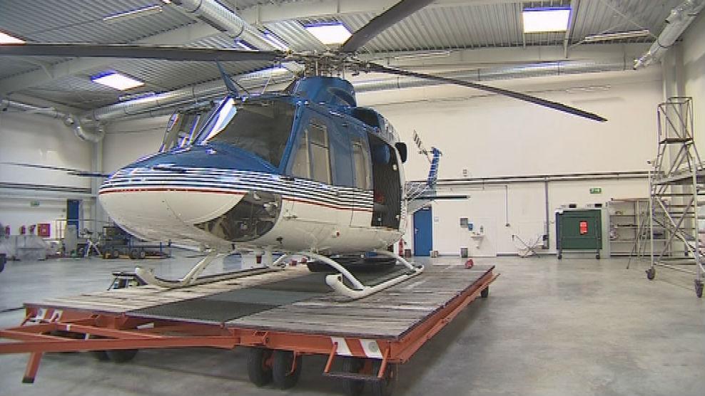 Vrtulník Bell 412 v hangáru