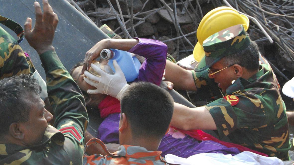 Záchranáři po 17 dnech našli pod troskami živou ženu