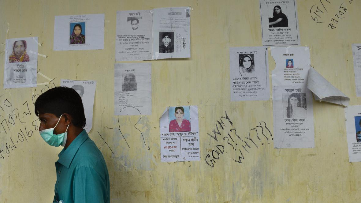 Řada lidí z bangladéšské textilky se dál pohřešuje