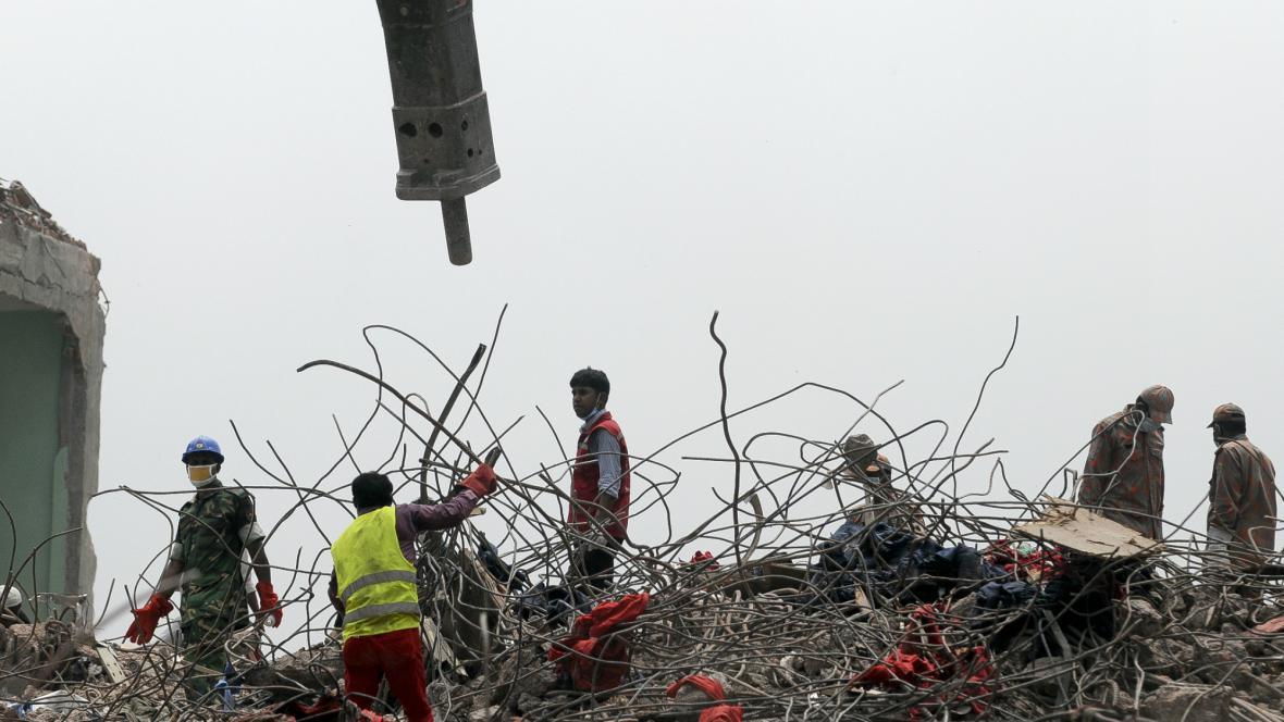 V Bangladéši pokračuje hledání obětí v troskách textilky