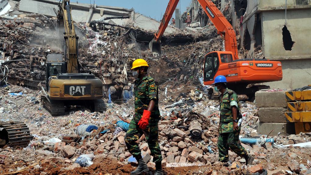 Záchranáři stále nacházejí mrtvá těla v sutinách budovy