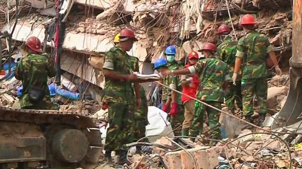Záchranáři v Bangladéši prohledávají sutiny budovy