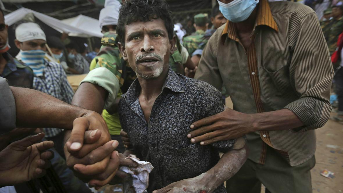 Muž zachráněný z trosek budovy v Dháce