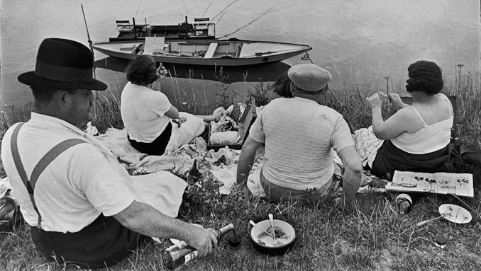 Cartier-Bresson - Sunday on the banks of the River